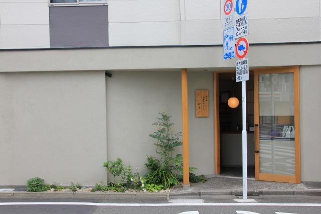 久我原 高級角食三日月 村井 様の店舗植栽6月中旬の景色