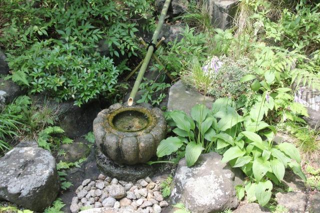 東京の世田谷区内で13年ほど前に作庭したお庭に設置した水琴窟